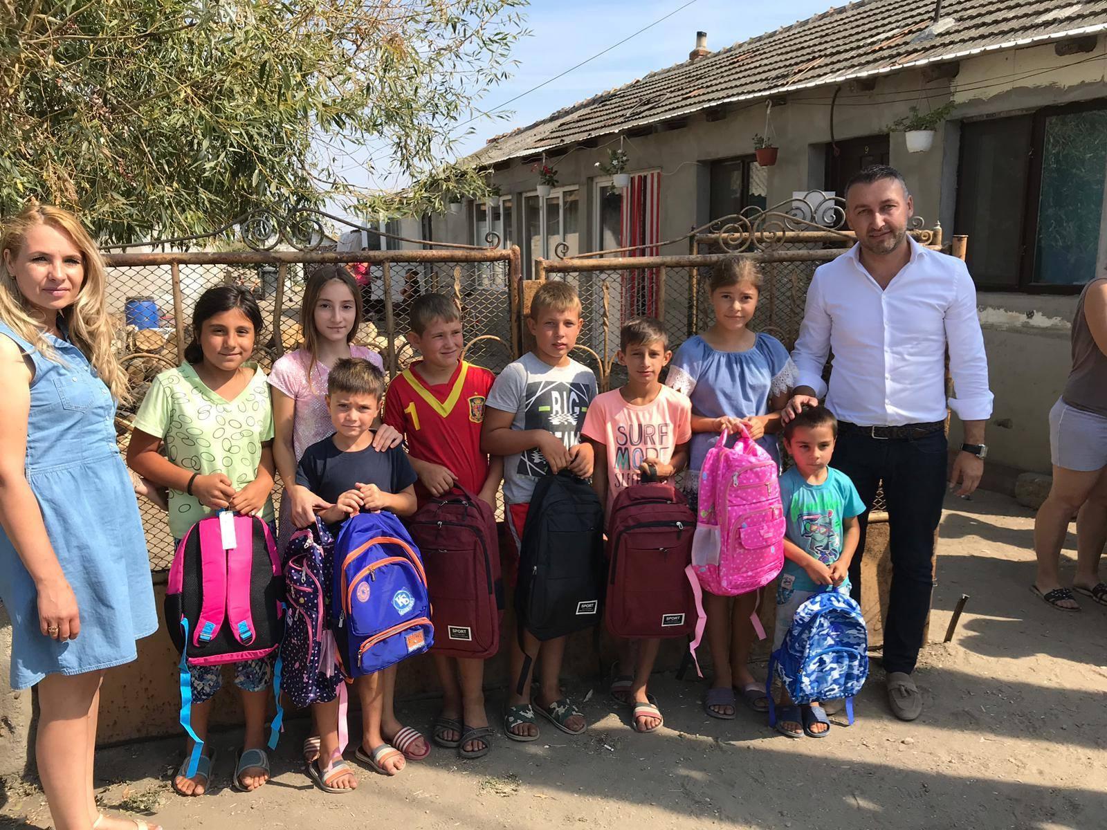 Adrian Ghene, alături de elevii din Nanov. La început de an şcolar, liberalul a oferit ghiozdane şi rechizite pentru 160 de copii