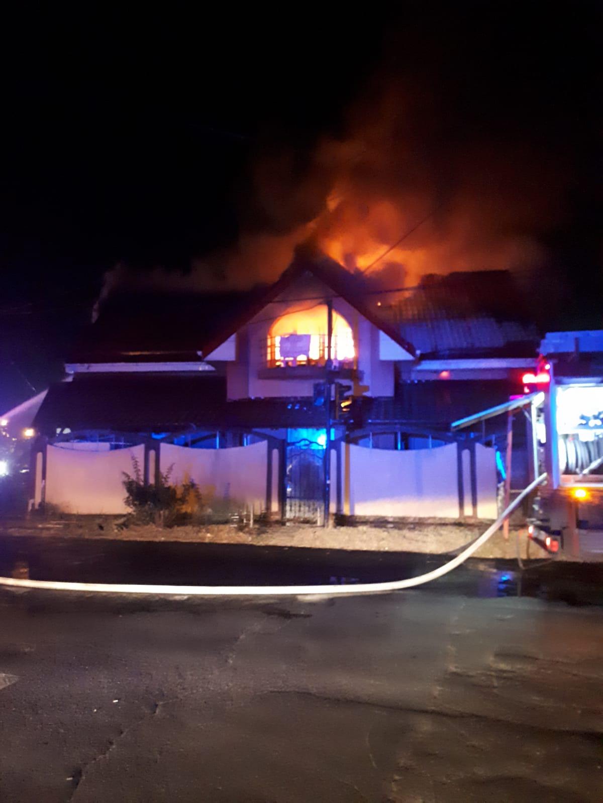 Incendiu la o vilă din Roşiorii de Vede.  Pompierii spun că focul a fost pus intenţionat. Poliţiştii au preluat cazul