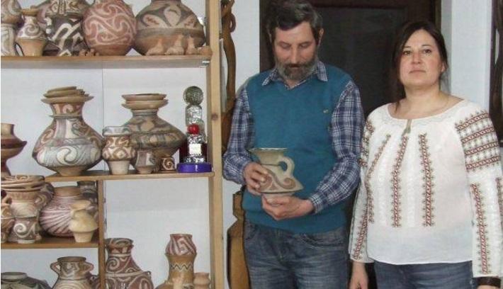 """Teleormăneni, premiaţi la """"Târgul Olarilor"""". Artiştii plastici Nicoleta şi Ion Mitroi, răsplătiţi cu premiul pentru reconstituirea ceramicii istorice"""
