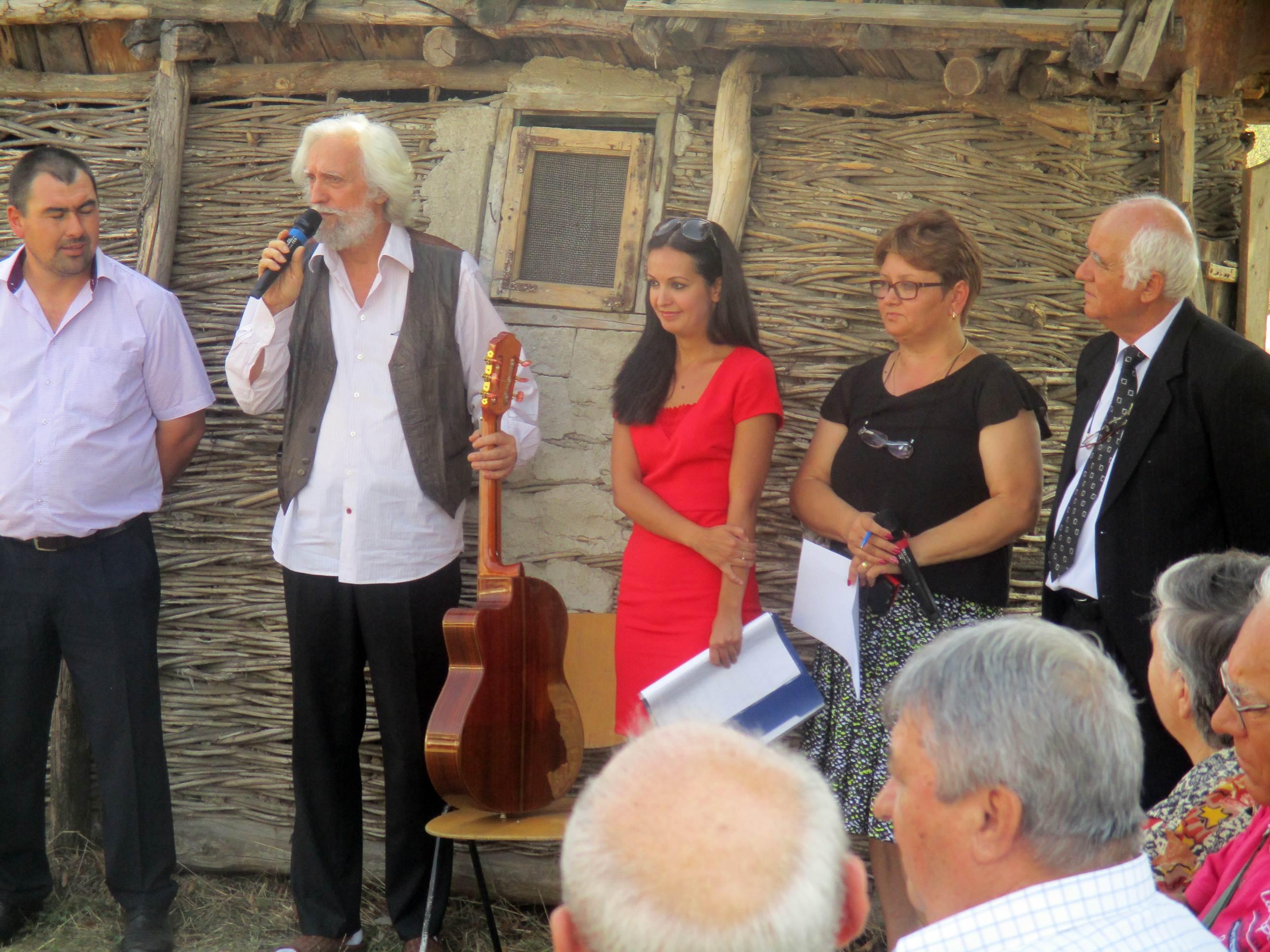 """Oaspeți la muzeul localității Olteanca – Segarcea Valea. """"Sonet muzical"""" susţinut de Florian Chelu Madera şi Alexandrina Chelu – fii ai satului"""