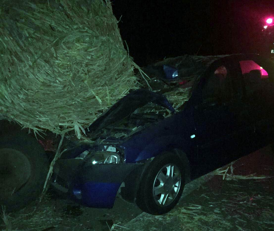 Accident mortal, în Putineiu. Un autoturism a intrat într-o remorcă plină cu baloţi. Un bărbat de 53 de ani a decedat pe loc
