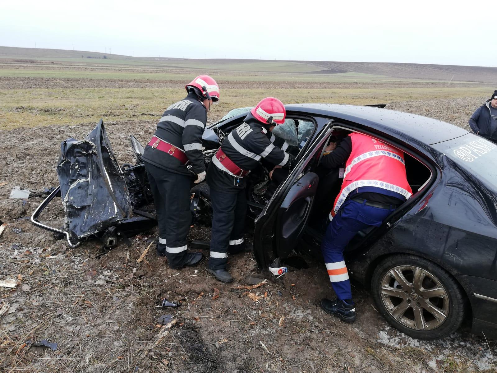 Accident grav, în comuna Vedea. O femeie a rămas încarcerată după ce maşina în care se afla a intrat într-un pom