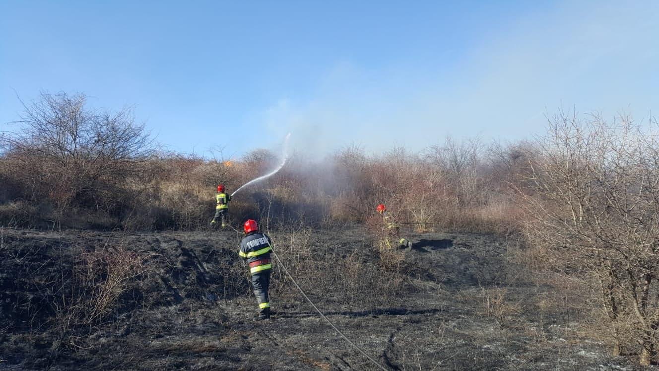 Weekend de foc pentru salvatorii teleormăneni. 38 de incendii, 75 de intervenţii SMURD şi două accidente rutiere